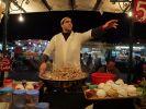 Auf den Märkten Marrakeschs, wie hier auf dem Platz Djemaa El Fna, locken zahlreiche Stände zum Kosten marokkanischer Spezialitäten ein. (Foto)