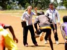 Erste Trockenübungen veranstaltet Anni Friesinger bereits in Kenia. (Foto)