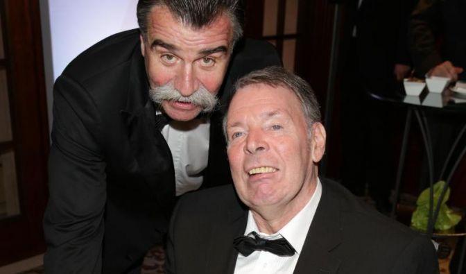 Joachim Deckarm (rechts) prallt 1979 - während seiner aktiven Handballkarriere - nach einem Zusammenstoß mit einem anderen Spieler auf den harten Betonboden. Die Folge: ein schweres Schädel-Hirn-Trauma und 131 Tage im Koma.