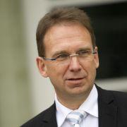 Der ehemalige thüringische Ministerpräsident Dieter Althaus erlitt bei einem Skiunfall im Jahr 2009 ein schweres Schädel-Hirn-Trauma, wurde jedoch bereits nach zwei Tagen wieder aus dem Koma geholt. Ein Helm rettete ihm das Leben.