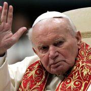 Papst Johannes Paul II. fiel nach einer langen Krankheitsgeschichte im April 2005 ins Koma. Zu diesem Zeitpunkt war der 84-Jährige bereits durch eine Sonde künstlich ernährt worden. Er starb nur wenig später in seinem Krankenbett.