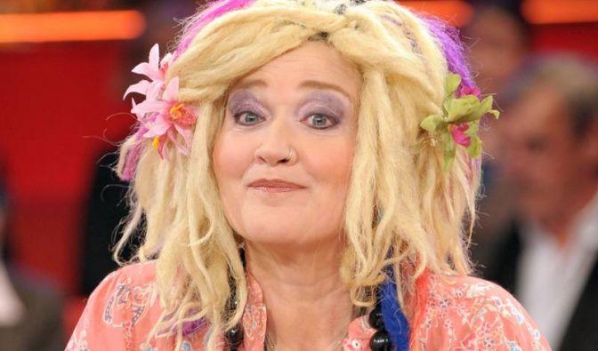 Nach einem Schlaganfall 2008 lag die beliebte Komikerin Gaby Köster drei Wochen lang im Koma. Aufgrund einer Hirnblutung musste ihr die Schädeldecke aufgeschnitten werden. Bis heute hat die Schauspielerin mit den Folgen zu kämpfen.