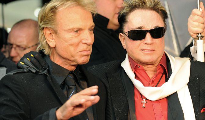 Roy (rechts), Teil des Zauberer-Duos Siegfried und Roy, wurde 2003 während einer Show von einem weißen Königstiger angefallen. Der Magier wurde schwer verletzt und überlebte den Unfall nur knapp. Seither ist er teilweise gelähmt.