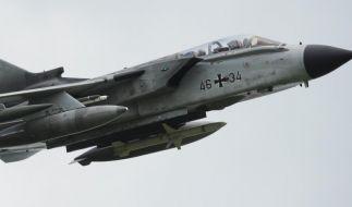 Nach dem Absturz eines Kampfflugzeugs der Bundeswehr in der Eifel ist die angrenzendeAutobahn teils wieder befahrbar. (Foto)