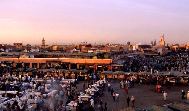 Auf dem zentralen Platz Marrakeschs, dem Djemaa El Fna, pulsiert das Leben vor allem in den Abendstunden. (Foto)