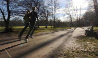 Auch mit Schniefnase kann Joggen gut tun - Hobbysportler sollten es mit dem Training aber nicht übertreiben. (Foto)