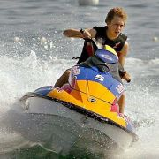 Sebastian Vettel darf sich als Weltmeister austoben - außer beim Surfen in Hai-Revieren.