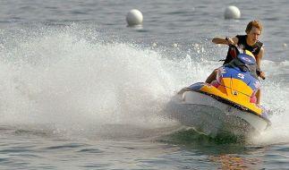 Sebastian Vettel darf sich als Weltmeister austoben - außer beim Surfen in Hai-Revieren. (Foto)