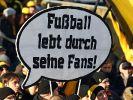 Fußballfans als kritische Masse: In vielen Stadien liegt der Fokus von Fanprotest längst auf politischen Themen. (Foto)