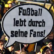 Fußballfans als kritische Masse: In vielen Stadien liegt der Fokus von Fanprotest längst auf politischen Themen.