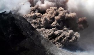 Vulkane sind faszinierend, doch wenn sie Feuer oder Asche spucken, wie hier der Vulkan Sinabung in Nordsumatra, dann sollte man Reißaus nehmen. (Foto)