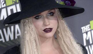 Zehn Jahre lang wurde Sängerin Kesha (27) angeblich von ihrem Produzenten Dr. Luke missbraucht, im Oktober 2014 habe sie schließlich den Mut gefunden, ihn vor Gericht zu bringen. (Foto)