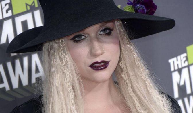 Zehn Jahre lang wurde Sängerin Kesha (27) angeblich von ihrem Produzenten Dr. Luke missbraucht, im Oktober 2014 habe sie schließlich den Mut gefunden, ihn vor Gericht zu bringen.