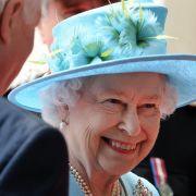 Hier hat die Queen mal wieder Mut zur Farbe bewiesen und sich für einen kunstvoll verzierten Hut in leuchtendem Türkis entschieden. Jeder Stilkritiker würde dieses Outfit mit dem Prädikat