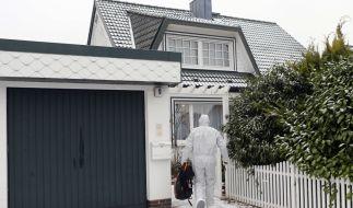 Ein Mitarbeiter der Spurensicherung auf dem Weg zum tatort, die Villa in Glinde. (Foto)