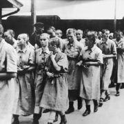 Undatiertes Archivbild zeigt weibliche Insassen des Konzentrationslagers Auschwitz, die zum Arbeitseinsatz im Reichsgebiet abtransportiert werden.