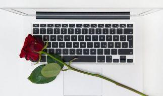 Liebesschwüre per Rechner:Beim Romance Scam bringen Betrüger Menschen dazu, Geld zu überweisen, obwohl man sich noch nie gesehen hat. (Foto)