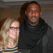 News.de-Redakteurin Susett Queisert im Gespräch mit Schauspieler Idris Elba.
