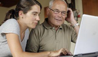 Chatten mit den Enkeln:Senioren das Internet erklären (Foto)