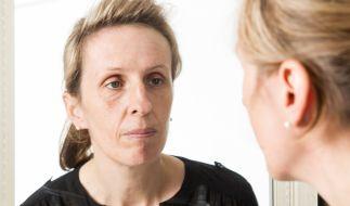 Tanja ist den Tränen nahe, wenn sie ihre riesige Höckernase im Spiegel sieht. (Foto)