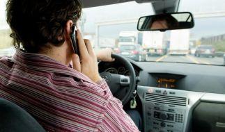 Das kann teuer werden: Telefonieren am Steuer ist verboten und kann einen Punkt in Flensburg sowie 40 Euro Strafe kosten. (Foto)