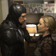 Joel Kinnaman als Alex Murphy und Abbie Cornish als Clara in «Robocop».