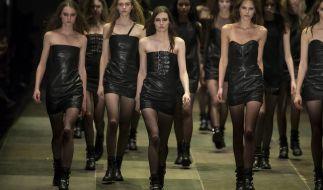 Das «kleine Schwarze» ist so wandlungsfähig wie kein anderes Kleidungsstück - bei Yves Saint Laurent beispielsweise wird der Klassiker in Lederoptik präsentiert. (Foto)
