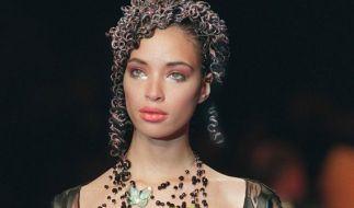 Das war noch vor ihrer Karriere als «America's Next Top Model»-Jurorin: Tyra Banks auf dem Laufsteg in Paris 1997. (Foto)