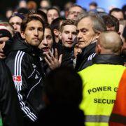 HSV-Fans attackieren Spieler vor dem Stadion (Foto)