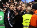 Torhüter Rene Adler (links) und der Vorstandsvorsitzende Carl Edgar Jarchow werden von Fans bedrängt. (Foto)