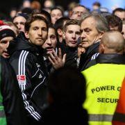 HSV verliert 0:3 - Fans gehen auf Spieler los (Foto)