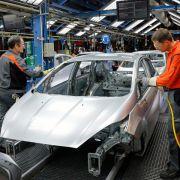 Wenn der Roboter Pause hat - Handarbeit im Autobau (Foto)