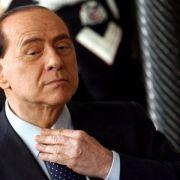 Berlusconi wegen mutmaßlicher Bestechung vor Gericht (Foto)