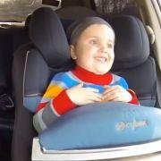 Junge im Auto