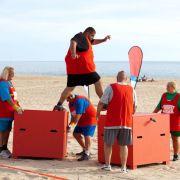 Gelingt es Ali (oben) und seinem Team die Kisten-Challenge zu gewinnen? Dem Sieger winkt ein Gewichtsbonus ...