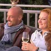 Christian Tews und «Bachelor»-Kandidatin Nena lassen es sich gut gehen.