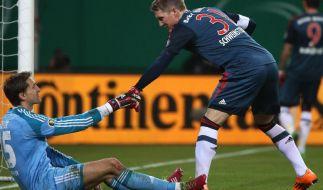 Der eingewechselte Bastian Schweinsteiger (rechts) hilft HSV-Torhüter Rene Adler auf die Beine. Doch auch das konnte die desaströse Niederlage der Hanseaten nicht verhindern. (Foto)