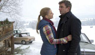 Anne (Ines Lutz) muss Martin (Hans Sigl) erzählen, dass ihr Vater zurück ist und ihre gemeinsamen Pläne vorerst nicht realisiert werden können. (Foto)