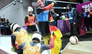 Felix Loch und Natalie Geisenberger empfangen Tobias Arlt und Tobias Wendl im Ziel. (Foto)