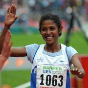 Marathonläuferin Gebrehiwot erhält Einbürgerungsurkunde (Foto)