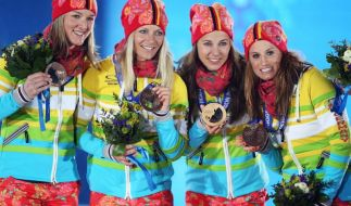 Die deutschen Langläuferinnen strahlten bei der Medaillenvergabe mit der bunten Kleidung um die Wette. (Foto)