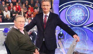 Günther Jauch freut sich über den schlagfertigen Karlheinz Reher. (Foto)