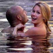 Feuchte Spiele: Angelina und Christian gönnen sich ein Bad.