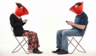 Die Beiden werden durch den Social Media Guard gezwungen, sich in die Augen zu sehen. (Foto)
