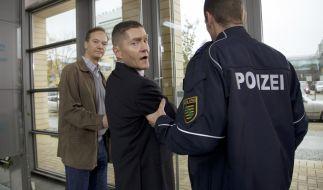 Dr. Rolf Kaminski (Udo Schenk, Mitte) wird abgeführt. (Foto)