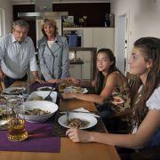 Laurie (Helene Doppler, r.) hat Clara (Lisa-Marie Koroll, 2.v.r.) zum Essen eingeladen.