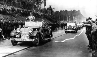Der offene Wagen mit Adolf Hitler zerreisst zur Einweihung des ersten Teilstücks der Reichsautobahn Frankfurt - Darmstad das weiße Band. (Foto)