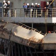 Hier besichtigt Unglückskapitän Schettino das Schiffswrack (Foto)