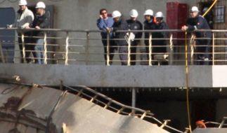 Francesco Schettino lehnt an der Reling jenes Schiffes, dass er vor zwei Jahren untergehen ließ. (Foto)