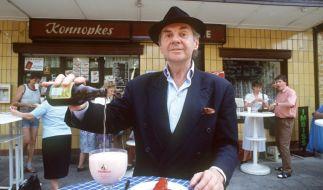 Harald Juhnke schenkt sich eine Berliner Weiße ein. (Foto)
